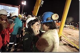 Osman Araya abraza a su esposa después de ser el sexto minero izado a la superficie.