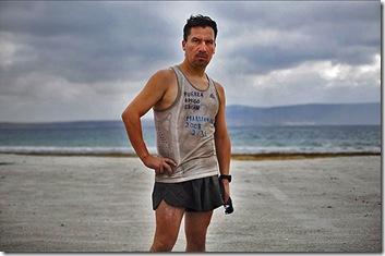 Peña fue el minero 12 en ser liberado. Esta foto fue tomada cuatro días después de su liberación. Él va a su primera carrera desde la salida de la mina, y usó la misma camiseta que llevaba mientras sobrevivía bajo tierra. Peña finalmente participó en la 2010 New York City Marathon.