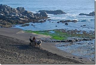 pareja en carretela paseando por Matanzas a la altura de Las Dunas