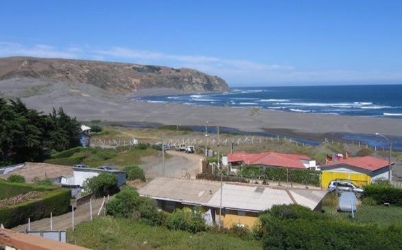 Playa de Las Brisas, al fondo Roca Cuadrada