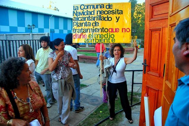 Marisol Cabello en su asonada personal a la salida del teatro